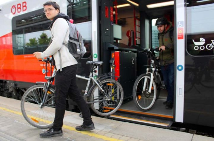Cycling tourists disembarking from the train, Austria Railways (ÖBB) ©Radlobby