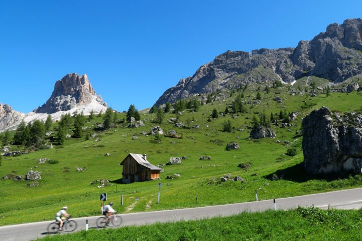 Cycling tourists in the Dolomites (Photo by Hugo L. Casanova)